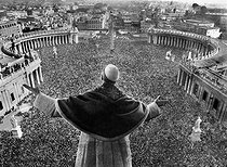 """Pie XII (Eugenio Pacelli, 1876-1958), Pope from 1939 to 1958, giving his blessing """"Urbi and Orbi"""" to the pilgrims gathered on Piazza San Pietro, 1950. © Albert Harlingue / Roger-Viollet"""