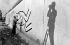 Keith Haring (1958-1990), peintre américain, faisant une fresque sur le mur de Berlin. Berlin-Ouest, Checkpoint Charlie, 23 octobre 1986.  © Stiebing/Ullstein Bild/Roger-Viollet