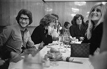 Yves Saint Laurent (1936-2008), French fashion designer and Loulou de la Falaise (1948-2011) attending a dinner organized by Betty and François Catroux at La Coupole. Betty Catroux on the right. Paris, 1971. © Jack Nisberg/Roger-Viollet