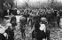 Guerre 1914-1918. Tir d'une salve d'honneur par des soldats américains (?) devant la tombe du baron Manfred von Richthofen (1892-1918), aviateur allemand abattu. 1918. © Ullstein Bild/Roger-Viollet
