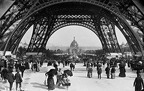 1889 World's Fair in Paris. View of the central dome of the Champ-de-Mars palace from the bottom of the Eiffel Tower. © Neurdein frères / Neurdein / Roger-Viollet