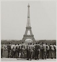 World War II. Group of US soldiers looking at the Eiffel Tower, at the Trocadéro. Paris (VIIth, XVIth arrondissements), 1945. Photograph by Roger Schall (1904-1995). Paris, musée Carnavalet. © Roger Schall / Musée Carnavalet / Roger-Viollet