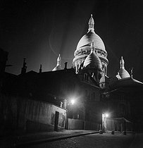 Montmartre district. The illuminated Sacré-Coeur basilica. Paris (XVIIIth arrondissement), circa 1940. © Gaston Paris / Roger-Viollet