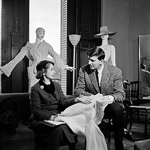 Hubert de Givenchy (1927-2018), French fashion designer, with a fashion editor. Paris, 1950's. © Jacques Rouchon / Roger-Viollet