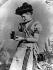 "Kitty Kramer tenant un appareil photographique ""Brownie No 2."" de la marque Kodak, vers 1890. © Ullstein Bild / Roger-Viollet"