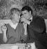 """""""Les Dragueurs"""", film de Jean-Pierre Mocky (1929-2019). Estella Blain et Jacques Charrier. France,  10 février 1959. © Alain Adler / Roger-Viollet"""