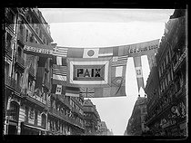 "Decorations for the Bastille Day ceremonies, rue Turbigo in Paris. Photograph published in the newspaper ""Excelsior"", on July 13, 1919. © Excelsior - L'Equipe / Roger-Viollet"