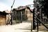 """Entrée du camp de concentration d'Auschwitz, portant l'inscription """"Arbeit macht frei"""" (Le travail rend libre). Pologne, août 1998. © Ullstein Bild/Roger-Viollet"""
