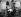 Espagnols jouant au carte dans la salle d'attente pour les personnes auxquelles l'entrée sur le territoire américain a été refusée. Centre fédéral d'immigration d'Ellis Island. New Jersey (Etats-Unis), 1931. © Erich Salomon / Ullstein Bild / Roger-Viollet