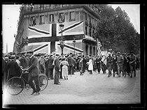 "World War I. Signing of the Treaty of Versailles on June 28, 1919. Peace with Germany was signed. Happiness in Paris with a big Union Jack. Photograph published in the newspaper ""Excelsior"" on Sunday, June 29, 1919. © Excelsior - L'Equipe / Roger-Viollet"