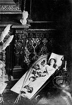 Sarah Bernhardt (1844-1923), French stage actress, posing in her coffin. © Roger-Viollet