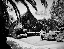 Barbara Stanwyck (1907-1990), American actress, in front of her house in Beverly Hills (California).  © Roger-Viollet
