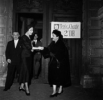 Mrs Yvonne de Gaulle and the Marshal Leclerc's widow, at the Aéro-Club. Paris, on December 8, 1958. © LAPI/Roger-Viollet