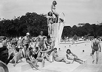 Heat wave. Le Racing swimming pool, at the Pré-Catelan. Paris (XVIth arrondissement), June 1941. © LAPI/Roger-Viollet