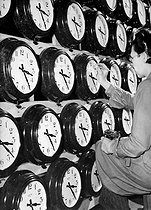 """Final checking and regulation of the clocks, during the manufacture, after a """"pendule-mire"""". England, 1946. © Jacques Boyer / Roger-Viollet"""