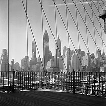 New York (United States). View of Manhattan from the Brooklyn bridge. March 1956. © Roger-Viollet