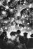 Couple at Trafalgar Square during Christmas time. London (England), 1958. © Jean Mounicq/Roger-Viollet