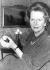 Margaret Thatcher, présentant la première couronne de la libération des Malouines, une pièce de monnaie d'or 22 carats commémorant la victoire des Malouines. Thatcher va en faire don pour une vente aux enchères de charité dédiée aux îles Malouines. © TopFoto / Roger-Viollet