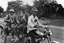 """Cambodian version of the """"Marne's Taxis"""": soldiers taken to the front. Cambodia, 1974. © Françoise Demulder / Roger-Viollet"""