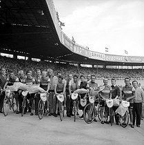 Finish of  the 1957 Tour de France. The French team, first of the placing by team. From left to right: X, Jean Stablinski, André Darrigade, Jacques Anquetil, Jean Forester, François Mahé, Gilbert Bauvin and René Privat. Paris, Parc des Princes stadium, on July 20, 1957. © Roger-Viollet