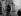 Guerre 1914-1918. Employée de la compagnie du gaz réparant un réverbère. Angleterre, novembre 1917. © PA Archive/Roger-Viollet