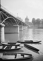 The Pont des Arts and the Institut de France, quai de Conti : fishermen's rowing boats. Paris (Ist and VIth arrondissements). Photograph by René Giton known as René-Jacques (1908-2003). Bibliothèque historique de la Ville de Paris. © René-Jacques/BHVP/Roger-Viollet
