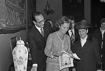 Jacques Chirac (1932-2019), mayor of Paris, and his wife Bernadette, getting presents during the visit of Janos Kadar (1912-1989), General Secretary of the Hungarian communist party. Paris City Hall, November 1978. © Jacques Cuinières / Roger-Viollet