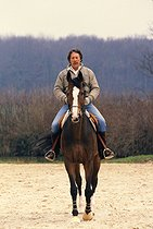 Jean Rochefort (born in 1930), French actor, at the Haras de Villequoy, 1986. © Jean-Pierre Couderc/Roger-Viollet