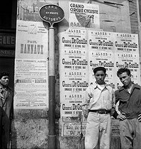 Poster during General de Gaulle's journey in Algiers (Algeria), October 12, 1947. © Roger-Viollet