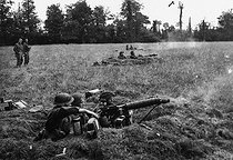 """World War II. Front of Normandy, July 1944. British soldiers with """"Vickers"""" machine guns, near Tilly-sur-Seules (Calvados). © Jacques Boyer/Roger-Viollet"""