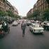 Federico Fellini (1920-1993), réalisateur et écrivain italien, sur la Via Veneto. Italie (Rome), 1960. © Alinari / Roger-Viollet