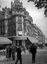 "Location of Thomas Jefferson's house and the ""Triomphe"" café demolished since 1945. Avenue des Champs-Elysées. Paris (VIIIth arrondissement), 1938.      © Roger-Viollet"