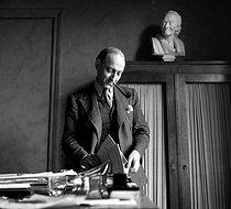"Raymond Aron (1905-1983), French writer and philosopher, editorial writer at the newspaper ""Combat"". Paris, January 1947.  © Roger Berson / Roger-Viollet"
