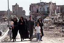 Shiite family walking through the ruins of Karbala (Iraq), April 1991. © Françoise Demulder/Roger-Viollet