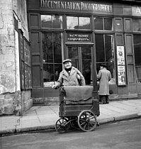 Barrel organ in front of the Roger-Viollet photo agency. Paris, 1951. © Roger-Viollet