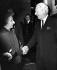 Poignée de main entre Golda Meir, Premier ministre d'Israël et Edward Heath, premier Ministre britannique, à la porte du 10, Downing Street. Londres, 4 novembre 1970. © TopFoto / Roger-Viollet