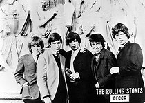 Les membres de The Rolling Stones, groupe vocal britannique. De g. à dr. : Brian Jones, Charlie Watts, Keith Richards, Bill Wyman et Mick Jagger. Londres (Angleterre), 22 mai 1964. © TopFoto / Roger-Viollet