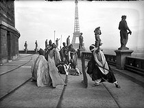 Rehearsal of a Targui duel on the terraces of the former Trocadero. Paris, circa 1935. © Albert Harlingue / Roger-Viollet