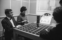 Claude Chabrol (1930-2010), French director, with Bernadette Lafont (1938-2013), French actress, during an interview for radio, April 1959. © Bernard Lipnitzki / Roger-Viollet