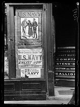 World War I. Posters at the entrance of the recruiting office of the US army. Paris, mid-June 1917. © Excelsior – L'Equipe/Roger-Viollet