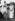 Le Mahatma Gandhi (1869-1948), homme politique indien, durant une prière, à Juhu Beach, à Mumbai (Maharashtra, Inde), avec le Dr Sushila Nayar et Mrs Sumati Morarjee. Mai 1944. Photo Dinodia. © TopFoto / Roger-Viollet