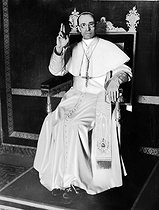 Pius XII (Eugenio Pacelli, 1876-1958), Pope from 1939 to 1958, blessing. © Roger-Viollet