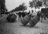 Course des rouleurs de tonneaux. Paris, vers 1910.  © Albert Harlingue/Roger-Viollet
