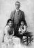 Nehru (1889-1964), homme d'Etat indien, avec son épouse Kamala et leur fille Indira. © TopFoto/Roger-Viollet