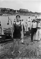 Swimming across Paris. Jomain, swimmer. Paris, July 1913. © Maurice-Louis Branger / Roger-Viollet