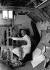 Cecil Beaton (1904-1980), peignant dans son atelier installé dans une vieille grange. Wiltshire (Angleterre), 1956. © TopFoto / Roger-Viollet