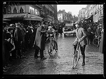 "World War One. Finish of the Tours-Paris cycle race, the first since the beginning of the war. André Noël, French racing cyclist, presenting his control sheet to his coach. Saint-Cloud (France), on April 9, 1917. Photograph published in the newspaper ""Excelsior"", on April 10, 1917. © Excelsior - L'Equipe / Roger-Viollet"