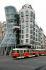 """La maison dansante"" (architectes : Frank Gehry et Vlado Milunic). Prague, 17 juillet 2008. © Petersen / Ullstein Bild / Roger-Viollet"
