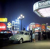 """Jeune couple arrivant au théâtre, avec leur """"Coccinelle"""" Volkswagen. Londres (Angleterre). 1960.  © TopFoto/Roger-Viollet"""