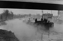 Along the river Deûle. Boatmen. Lille (France), 1953. Photograph by Jean Marquis (1926-2019). © Jean Marquis / Roger-Viollet